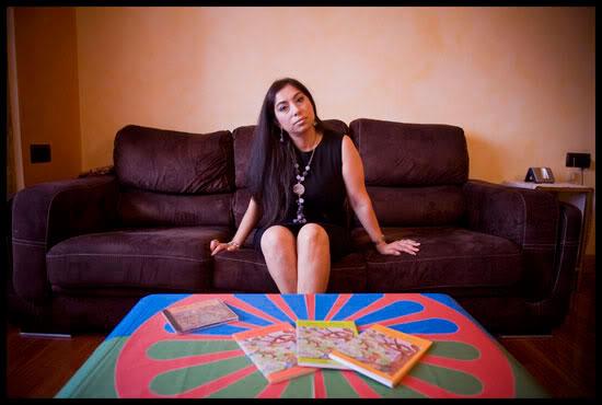 Soraya Motos, écrivaine gitane, pose dans son appartement à Bilbao