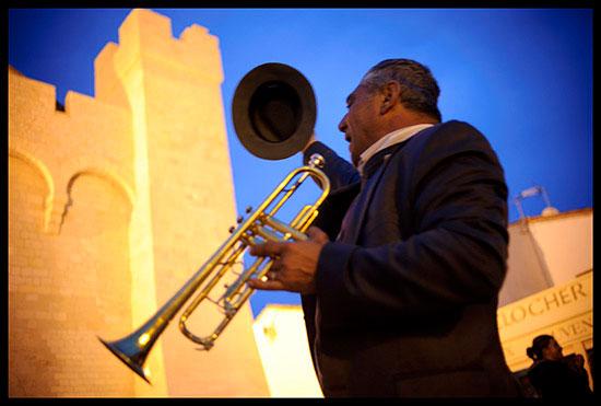 Trompettiste rom jouant devant l'église aux Saintes-Maries de la mer