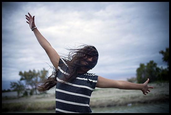 Jeune fille manouche dans le vent