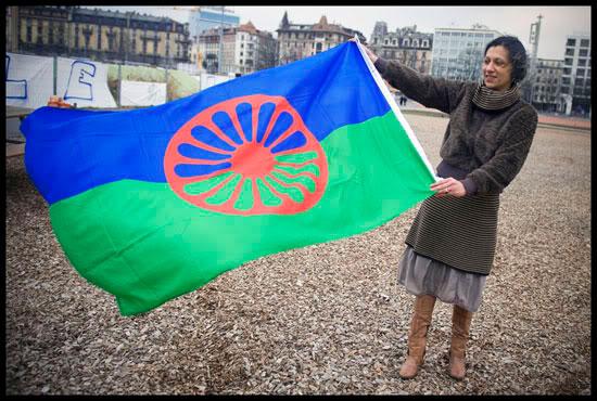 Viktória Mohácsi, Romni d'origine hongroise, députée au parlement européen de 2004 à 2009, déploie le drapeau des Roms