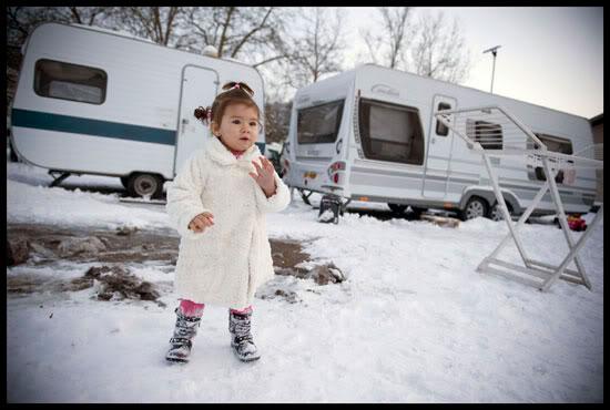 Petite fille sur un terrain de voyageurs enneigé